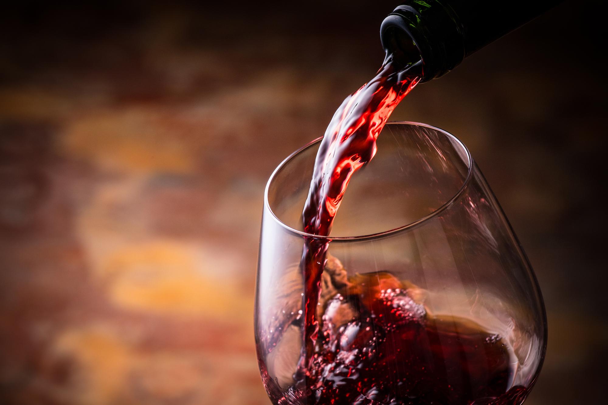 赤ワインをグラスに注いでる風景