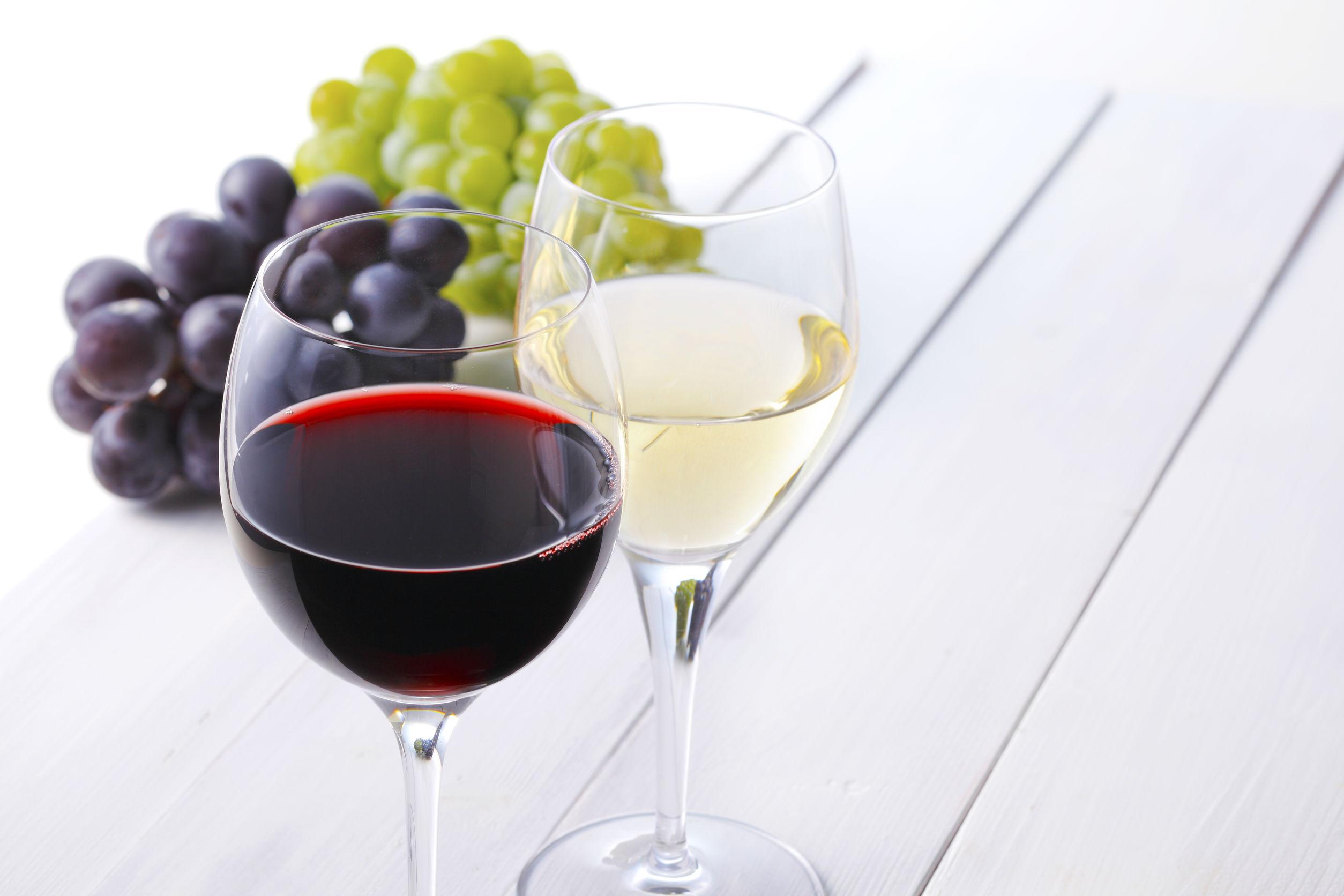 ワイングラスに入った赤ワインと白ワイン